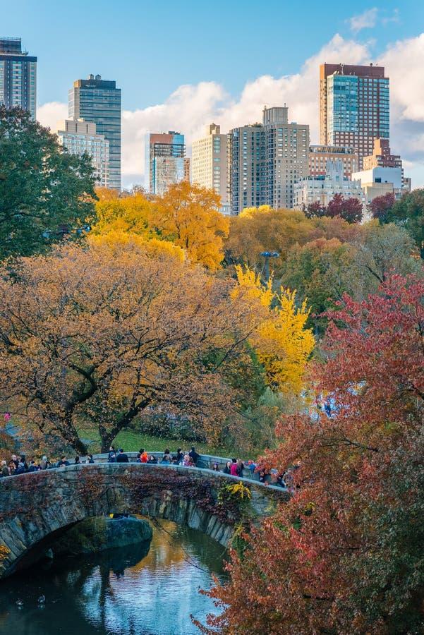 Herbstfarbe und die Gapstow-Br?cke, im Central Park, New York City stockfoto