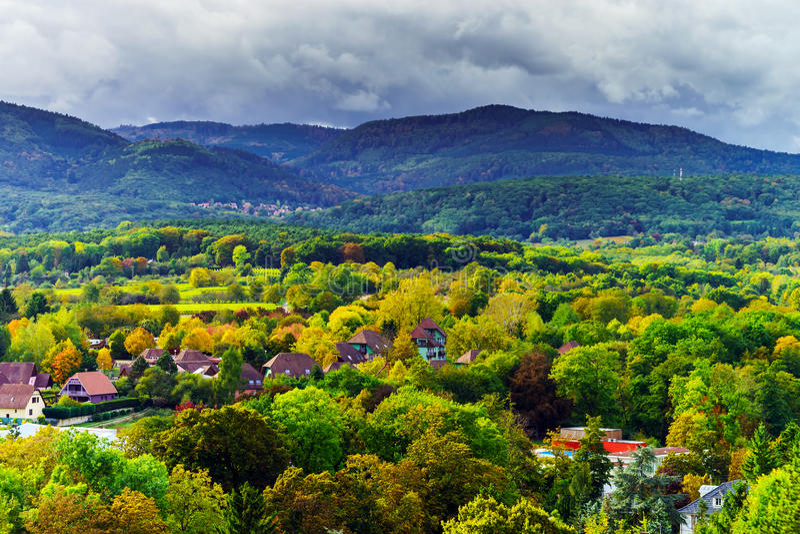 Herbstfarben der Bäume, Überblick zum Tal stockfotografie