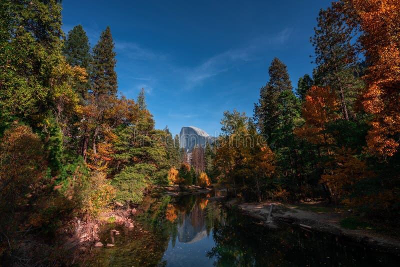 Herbstfarben in Yosemite-Tal mit halber Haube in der Mitte stockbild
