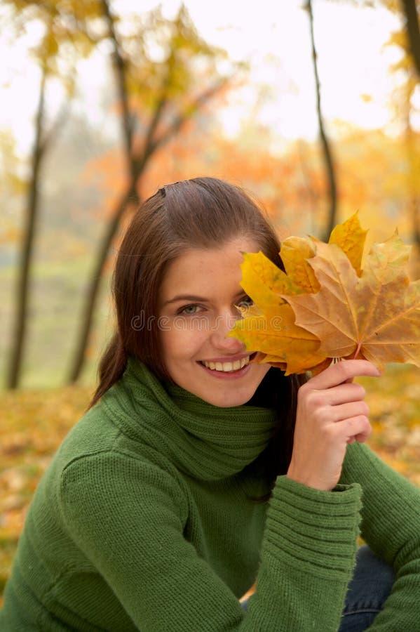 Herbstfrau lizenzfreie stockfotografie
