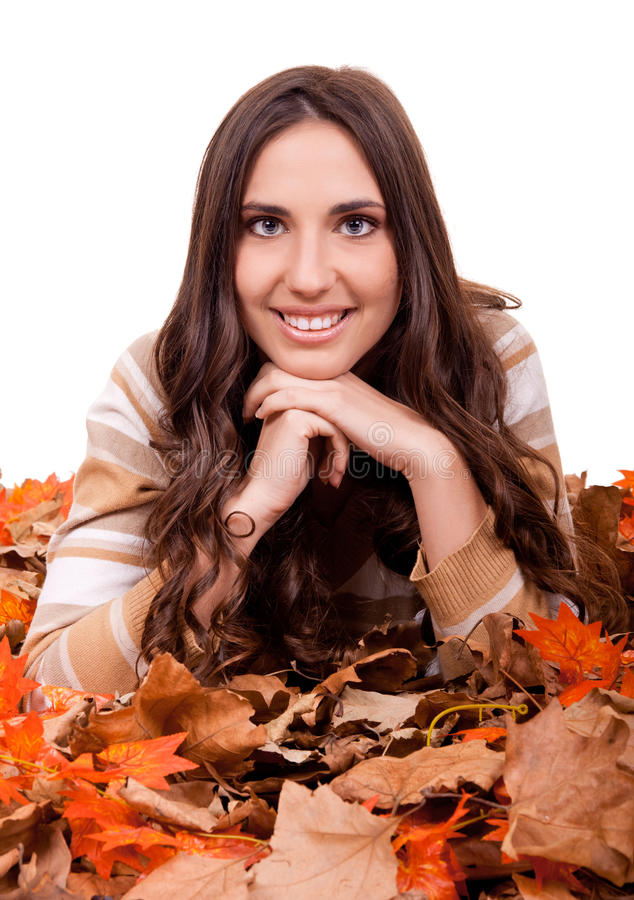 Herbstfrau abgedeckt mit mapple Blättern stockfotos