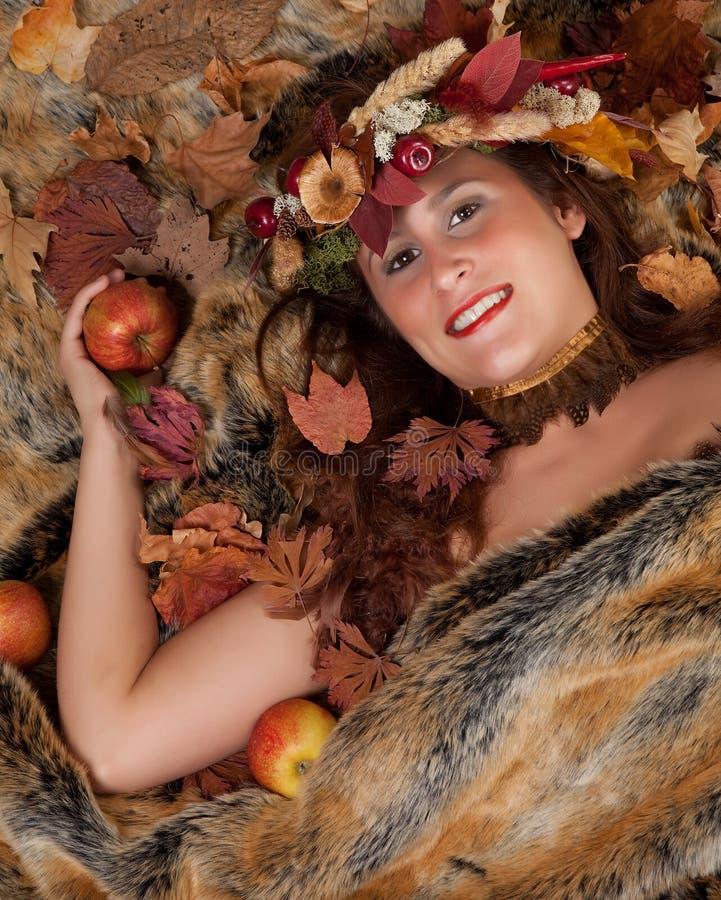 Herbstfrau auf Pelzdecke lizenzfreie stockfotos