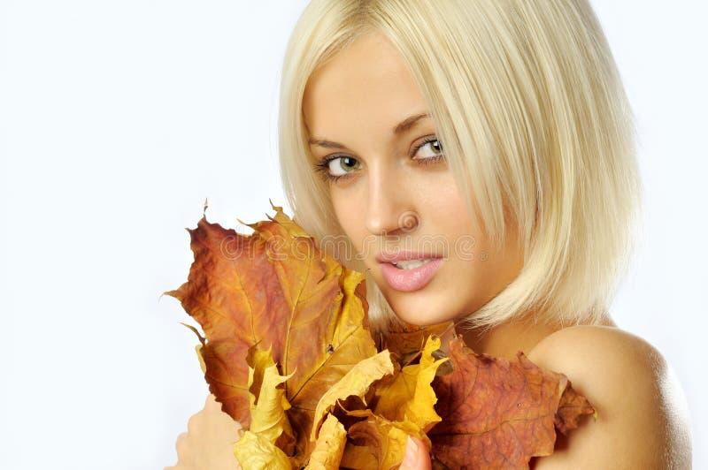Herbstfrau auf Weiß stockfotografie