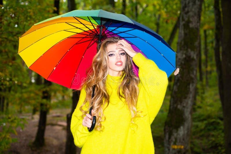 Herbstfrau, die in den Park geht und die schöne Herbstnatur genießt Recht Frau, die Spaß am Park hat und stockfoto