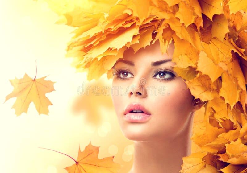 Herbstfrau mit Gelb lässt Frisur lizenzfreie stockbilder