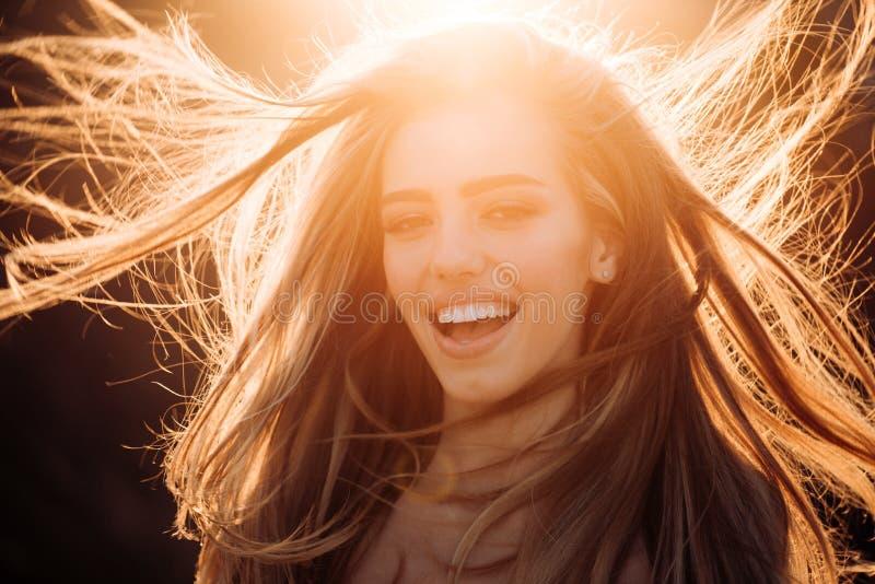 Herbstfrau mit herbstlicher Stimmung Herbstverkauf für schwarzen Freitag Herbst beträgt eine schöne und bunte Jahreszeit Morgen lizenzfreie stockfotos