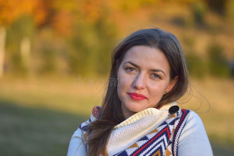 Herbstfrauenporträt, das draußen am Park lächelt lizenzfreie stockbilder