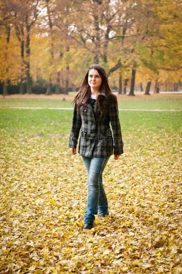 Herbstfreude - junge Frau im Freien lizenzfreie stockbilder
