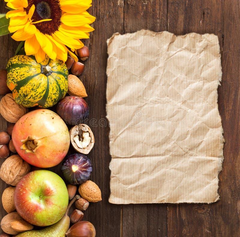 Herbstgrenze auf einem Holztisch stockfotografie