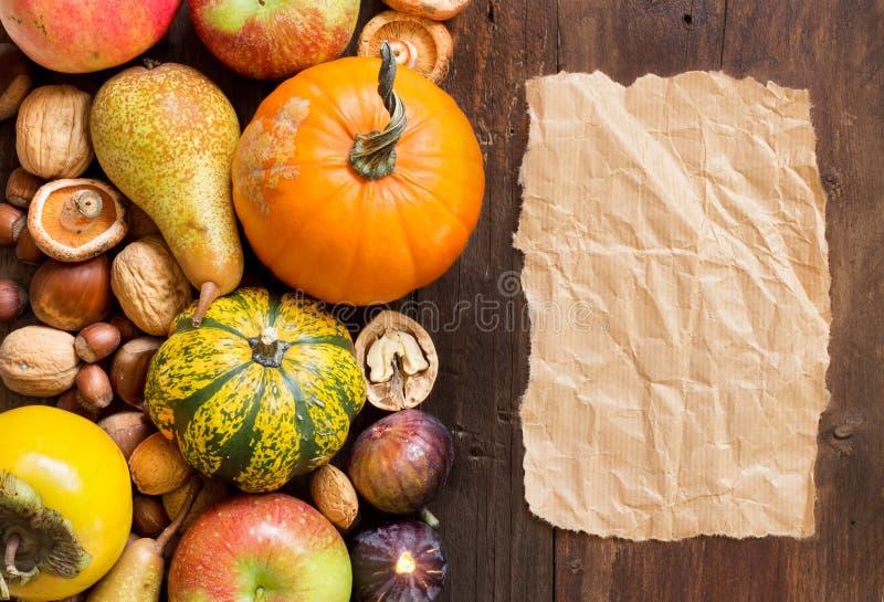 Herbstgrenze und -papier auf einem Holztisch stockfotografie