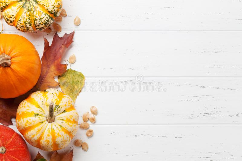 Herbsthintergrund mit K?rbisen und bunten Bl?ttern stockfotografie