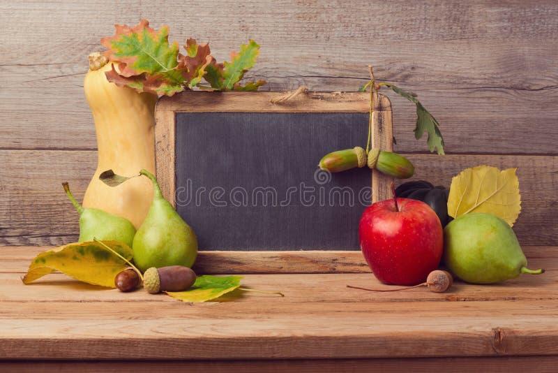 Herbsthintergrund mit Tafel stockfotografie