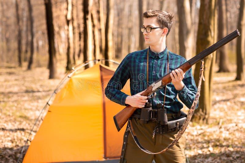 Herbstjagdsaison Mannj?ger mit einem Gewehr Im Wald jagen stockbild