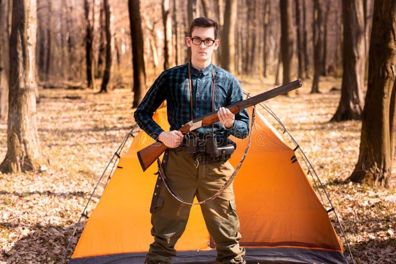 Herbstjagdsaison Mannj?ger mit einem Gewehr Im Wald jagen stockfotos