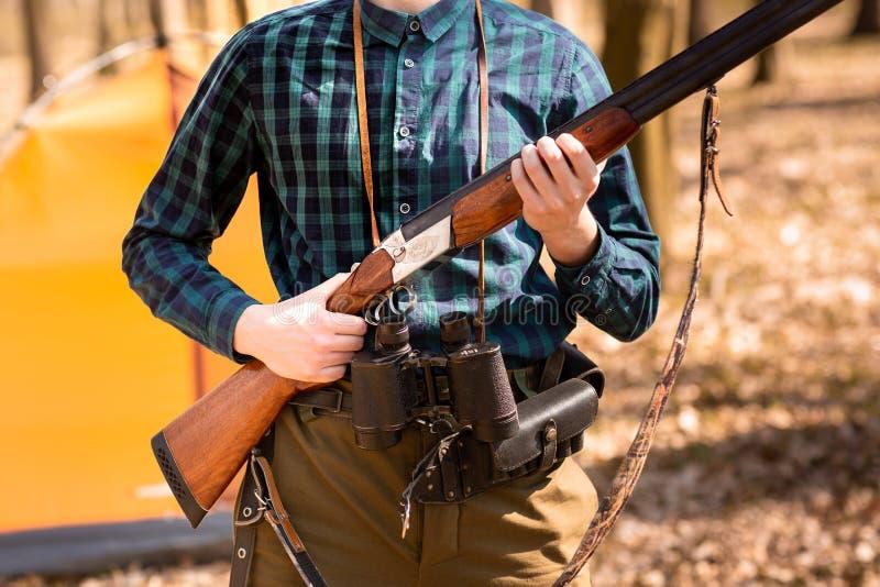 Herbstjagdsaison Mannj?ger mit einem Gewehr Im Wald jagen lizenzfreie stockbilder