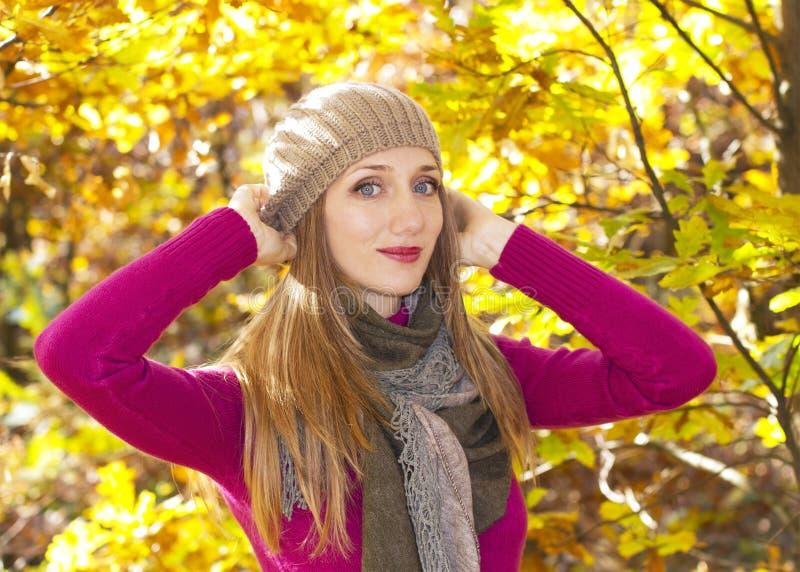 Download Herbstjahreszeitmädchen stockbild. Bild von blau, ausführlich - 27726833