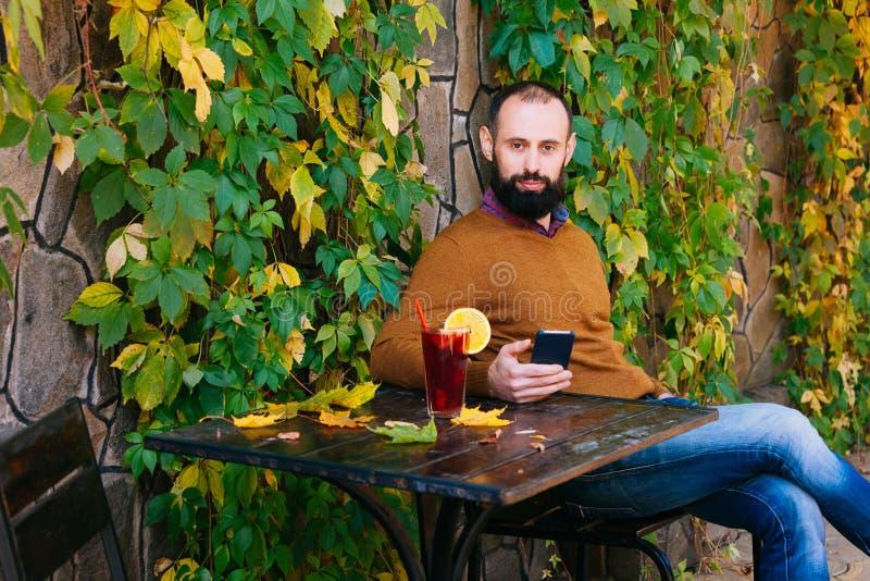 Herbstkerlmanncup-Glühweinblätter trotzen Fall, den gelb-orangeer Jahreszeittabellenstrickjacken-Pullover Brunette warm erhalten stockbild