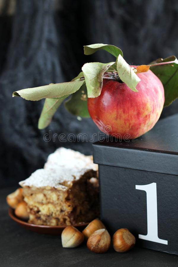 Herbstkuchen mit Äpfeln und Haselnüssen stockfotografie