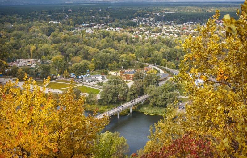 Herbstlandschaft, Ansicht der Stadt von einer Höhe lizenzfreies stockfoto