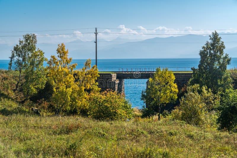 Herbstlandschaft auf der Circum-Baikal-Eisenbahn lizenzfreies stockbild