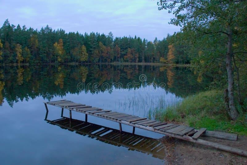 Herbstlandschaft auf See stockfotos
