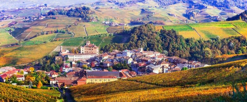 Herbstlandschaft - berühmte Weinregion in Piemont Barolo-Schloss stockfoto