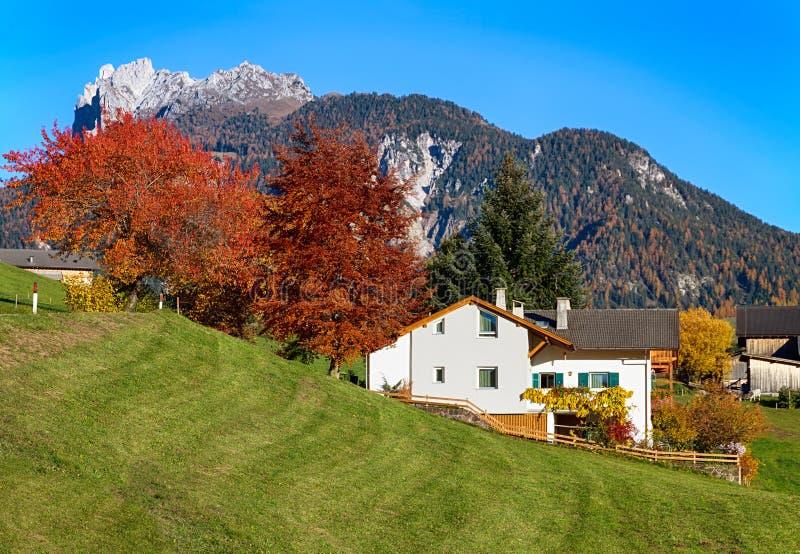Herbstlandschaft in den Dolomiten lizenzfreies stockfoto