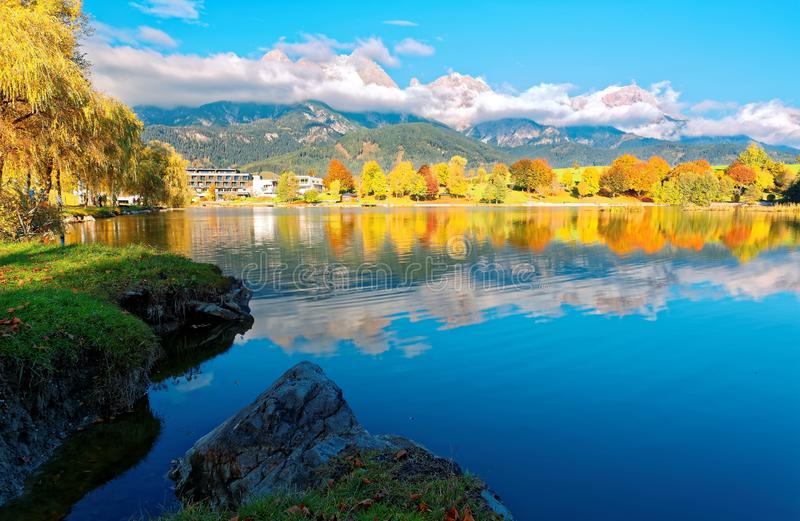 Herbstlandschaft des schönen Ritzensee am sonnigen Tag in Saalfelden, Salzburger Land, Österreich lizenzfreie stockfotos