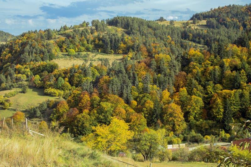 Herbstlandschaft im Rhodope-Berg, Ansicht vom Dorf von Fotinovo, Bulgarien stockfoto