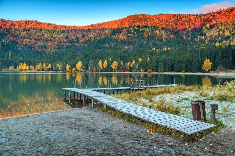 Herbstlandschaft mit buntem Sonnenaufgang, St. Ana Lake, Siebenbürgen, Rumänien lizenzfreie stockfotografie