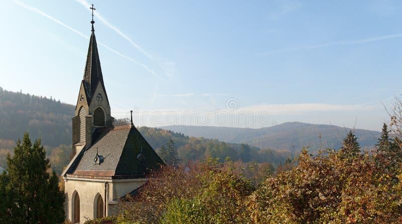 Herbstlandschaft mit einer Kirchhofkapelle lizenzfreies stockfoto