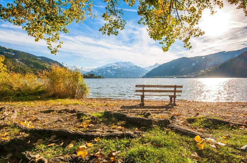 Herbstlandschaft mit Gebirgssee in Zell morgens sehen, Österreich stockbild
