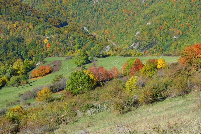 Herbstlandschaft in Pyrenäen, Frankreich lizenzfreie stockfotos