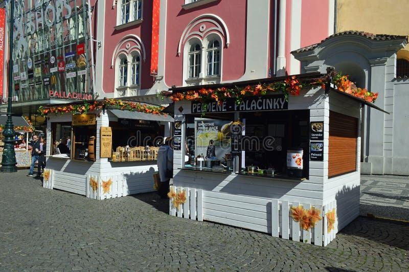 Herbstlandwirtmarkt im Republikquadrat Prag stockfoto