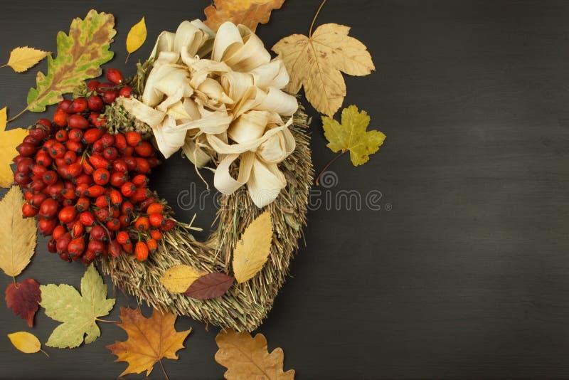 Herbstlaub über hölzernem Hintergrund mit Kopienraum Erinnern an November Dekoration von trockenen Blättern von Bäumen lizenzfreie stockbilder