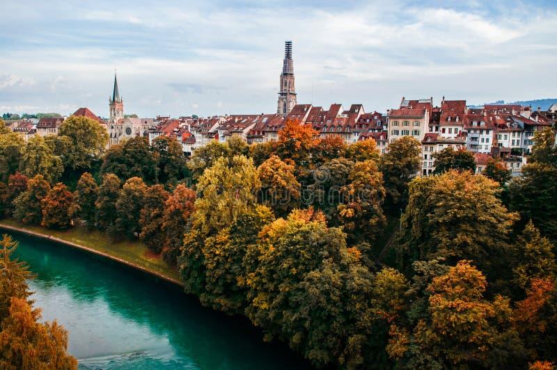 Herbstlaub, Aare-Fluss und evangelische Kirche in Bern, Switz lizenzfreie stockbilder