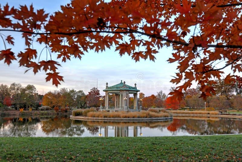 Herbstlaub um die Forest Park-Bühne in St. Louis, Missouri stockfoto