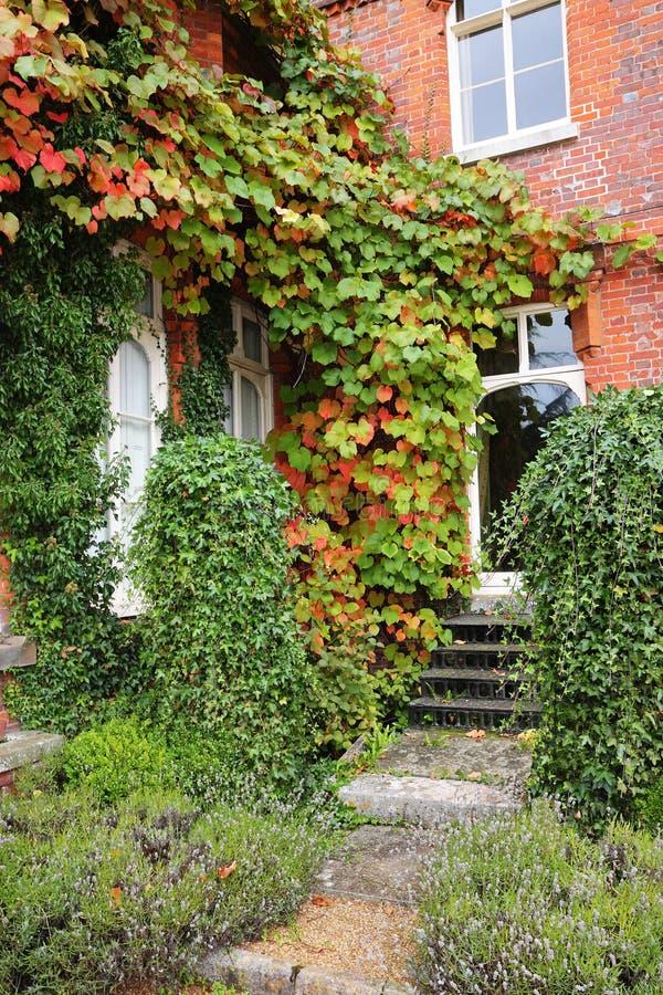 Herbstlaub um einen englischen Landsitz lizenzfreie stockfotos
