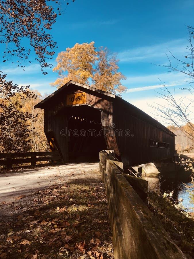 Herbstliche Ansicht der Benetka-überdachten Brücke - Ashtabula - OHIO stockbild
