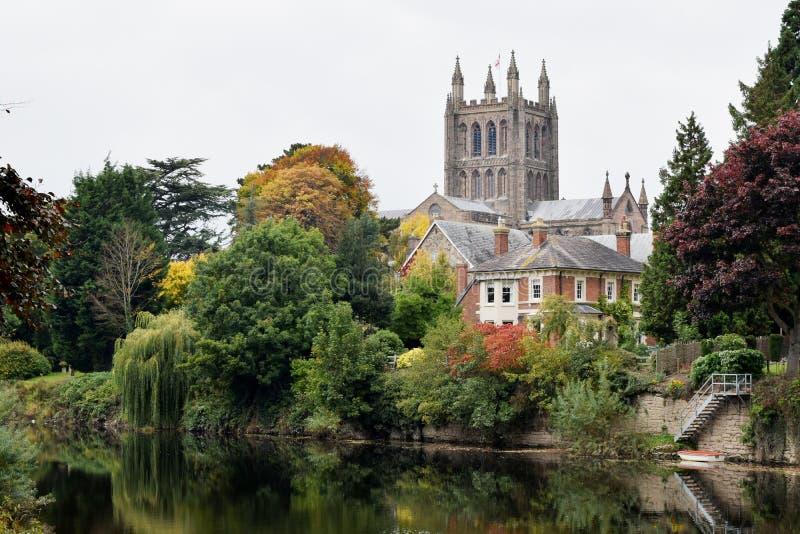 Herbstliche Ansicht von Hereford-Kathedrale und von Fluss-Ypsilon, Hereford stockfotos