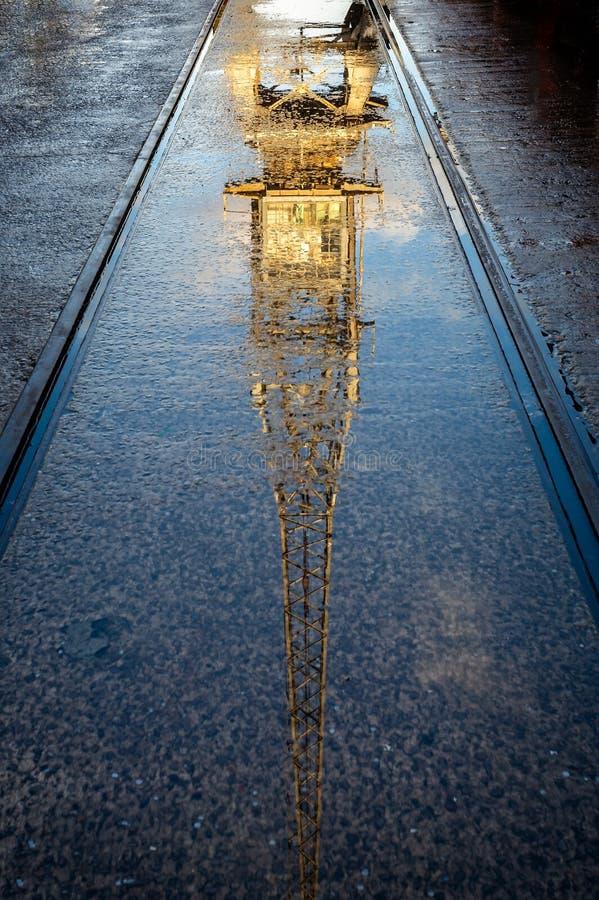 Herbstliche Reflexion des Weinlesekranes bei Bristol Harbour in Bristol, Avon, Großbritannien lizenzfreie stockfotos