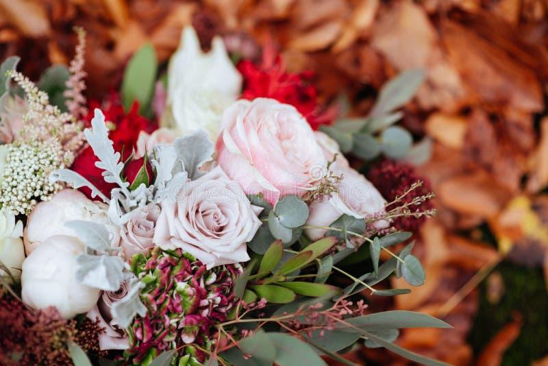 Herbstlicher Brautblumenstrauß Braut, die Hochzeitsblumenstrauß hält lizenzfreie stockfotos