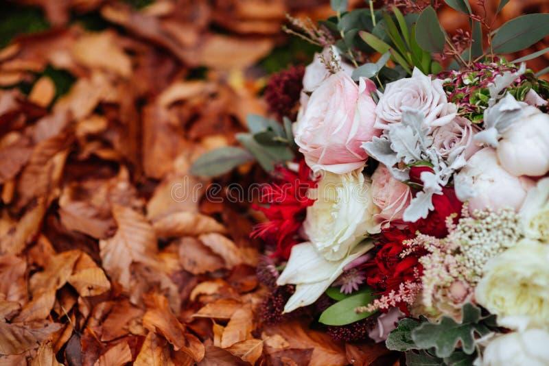 Herbstlicher Brautblumenstrauß Braut, die Hochzeitsblumenstrauß hält lizenzfreies stockfoto