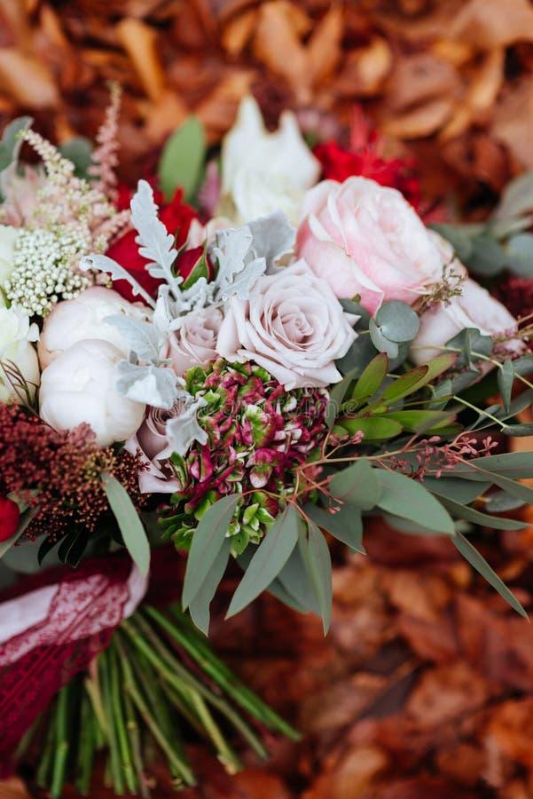 Herbstlicher Brautblumenstrau? Braut, die Hochzeitsblumenstrau? h?lt lizenzfreie stockbilder