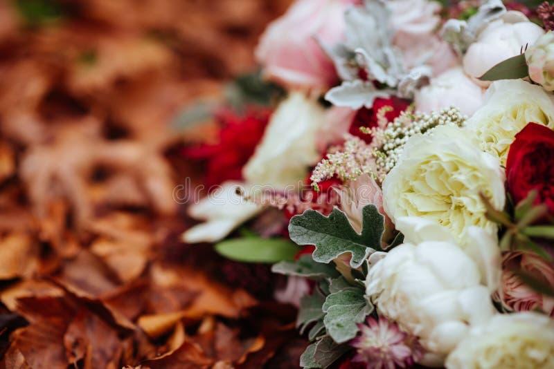 Herbstlicher Brautblumenstrau? Braut, die Hochzeitsblumenstrau? h?lt stockfotografie