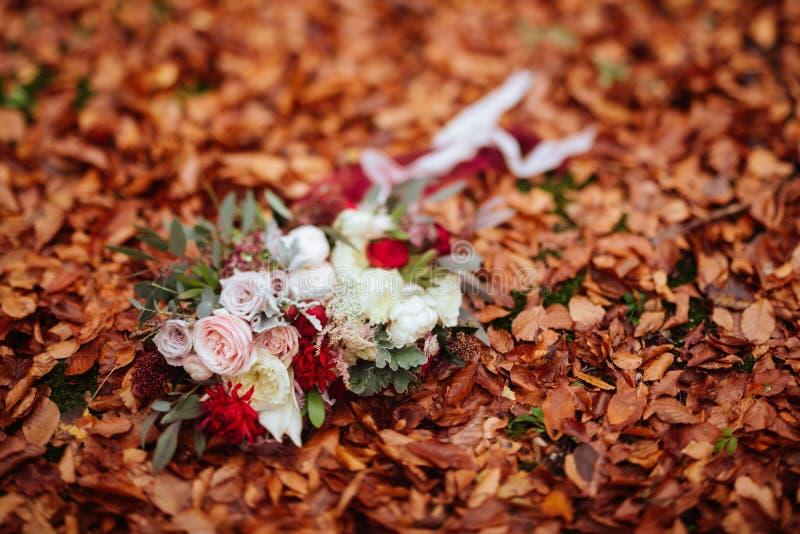 Herbstlicher Brautblumenstrau? Braut, die Hochzeitsblumenstrau? h?lt lizenzfreie stockfotos