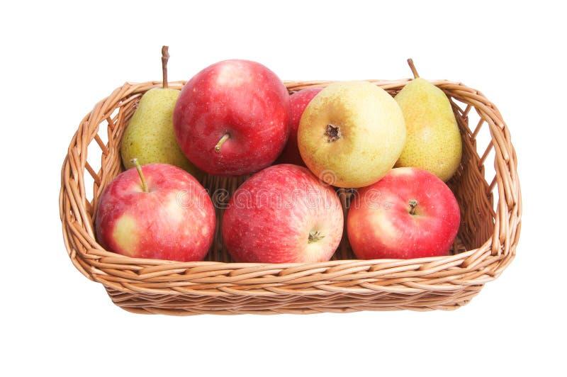 Herbstlicher Korb mit Früchten auf einem Weiß lizenzfreie stockbilder