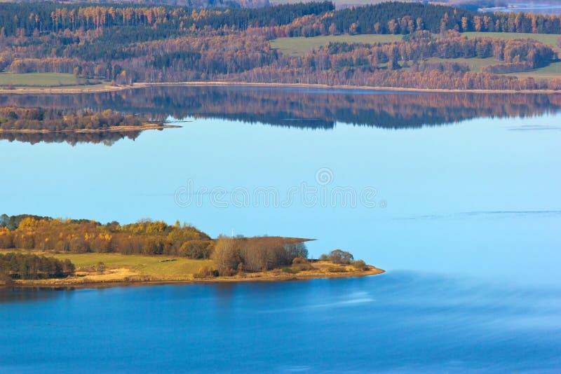 Herbstlicher See stockbild