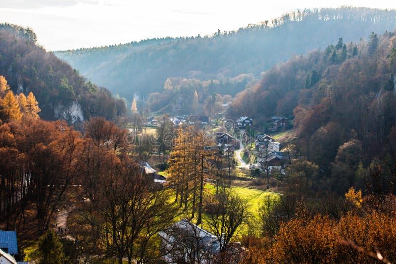 Herbstlicher Wald und weißer Felsen, Nationalpark Ojcowski, Ojcow, Polen stockbild