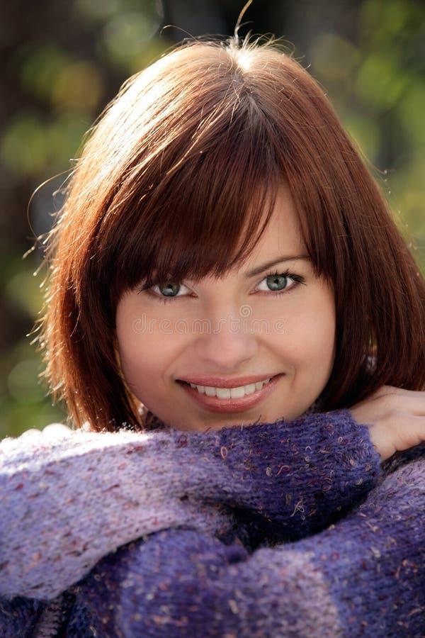 Herbstliches Frauenlächeln stockfoto